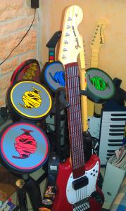 Salon Le coin instruments (Rock Band, Guitar Hero) et skateboard (Tony Hawk Shred)